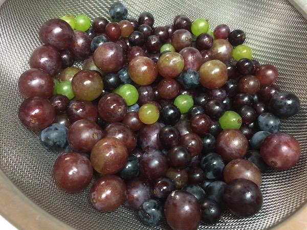 野菜・果物用の洗剤で洗った後に冷凍します