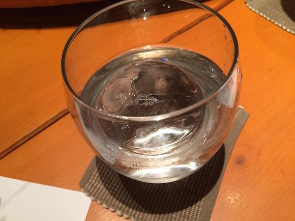 焼酎も高いが、氷はちゃんと丸い