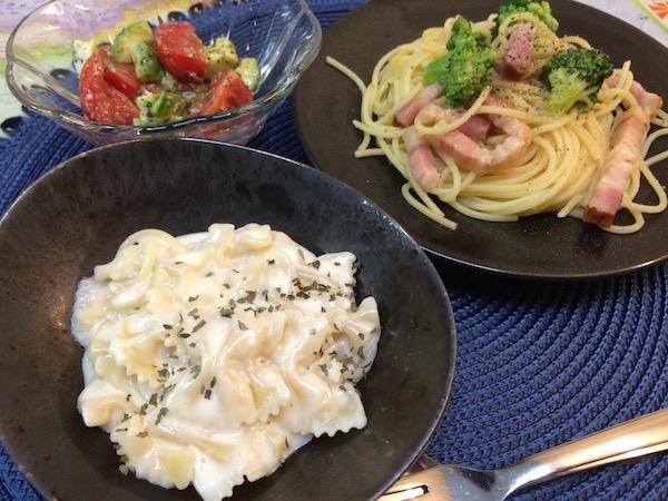 夕食はパスタ2種類とサラダで