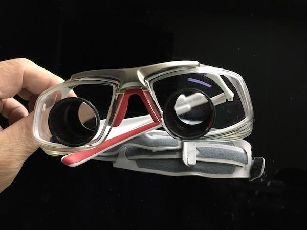 双眼鏡のようなレンズ以外のところにも度が入ってます