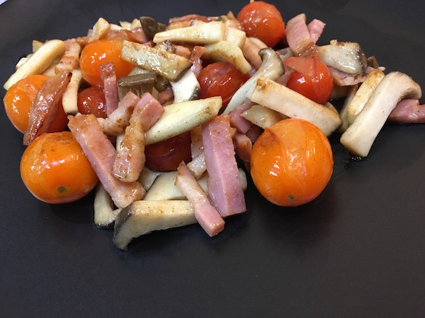 エリンギのガーリクソティにトマトも入れてみました