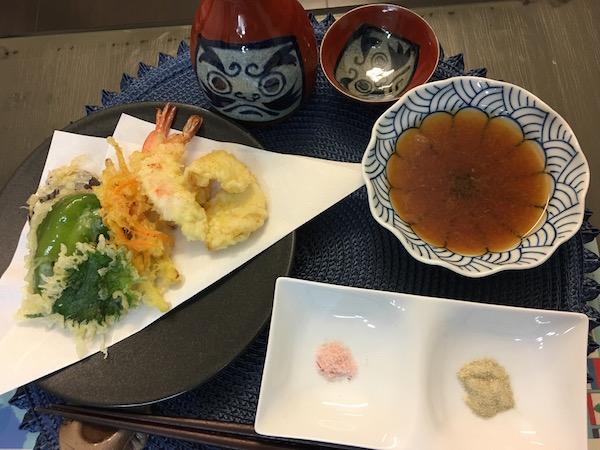 夕食は天ぷらと熱燗で