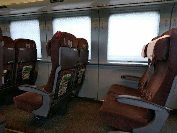 幸い、反対側の席は空席でした