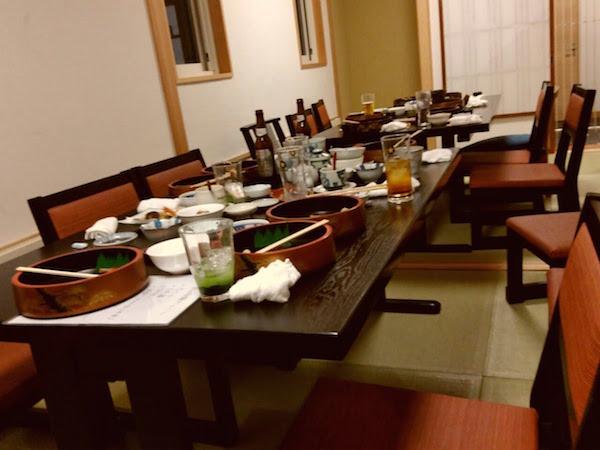 宴会後、手前に見えるのは焼酎の鮨茶割です。