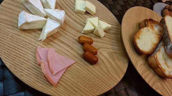 夕食はパンとチーズとシャウで簡単に