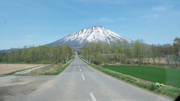 この道路で羊蹄山の中腹まで一気に登ります(ウソ