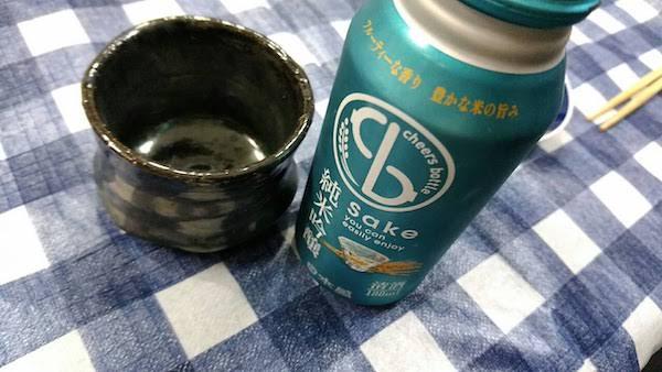 飲み切りサイズの日本酒とともに