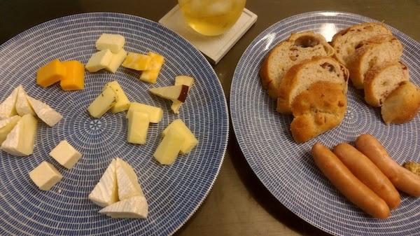 残業後はチーズとパン